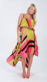 Blondes behaartes Modell im multi farbigen Kleid Stockbild