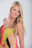 Blondes behaartes Modell im multi farbigen Kleid Stockfoto