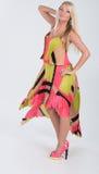 Blondes behaartes Modell im multi farbigen Kleid Lizenzfreie Stockfotos