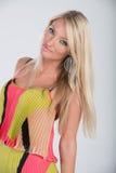 Blondes behaartes Modell im multi farbigen Kleid Lizenzfreies Stockbild