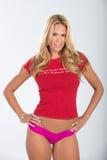 Blondes behaartes Modell im Rot und im Rosa Lizenzfreies Stockfoto
