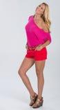 Blondes behaartes Modell im Rot und im Rosa Stockfotos