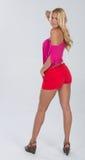 Blondes behaartes Modell im Rot und im Rosa Lizenzfreie Stockfotos