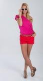 Blondes behaartes Modell im Rot und im Rosa Stockfoto