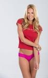Blondes behaartes Modell im Rot und im Rosa Lizenzfreie Stockfotografie