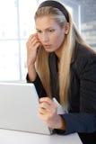 Blondes behilfliches Mädchen mit Laptop Stockbilder