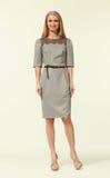 Blondes Betriebsamkeits-Frauen-Mode-Modell in der Sommerdruckgesellschaftskleidung Stockbild