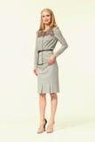 Blondes Betriebsamkeits-Frauen-Mode-Modell in der Sommerdruckgesellschaftskleidung Lizenzfreies Stockbild