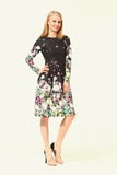 Blondes Betriebsamkeits-Frauen-Mode-Modell im Sommerdruck-Blumenkleid Stockbilder