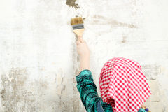 Blondes blauäugiges kleines Mädchen, das Reparaturen in der Wohnung tut Stockbild