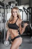 Blondes Bodybuildertraining in der Turnhalle Lizenzfreies Stockfoto