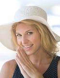 Blondes Damelächeln der Nahaufnahme Lizenzfreie Stockfotografie