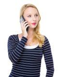 Blondes Damengebrauchsmobiltelefon Lizenzfreie Stockfotografie