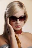 Blondes Dameportrait mit Sonnenbrillen Stockfoto