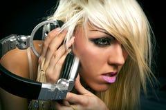 Blondes DJ mit einem Kopfhörer Stockbild