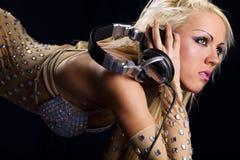 Blondes DJ mit einem Kopfhörer Lizenzfreie Stockbilder
