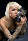 Blondes DJ mit einem Kopfhörer Lizenzfreie Stockfotos