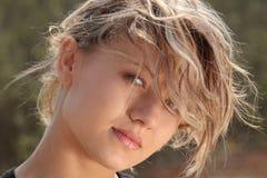 Blondes Eignungmädchen im Windportrait Stockfotos