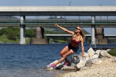 Blondes Eignungsmädchen in einem Fluss in Europa Lizenzfreies Stockbild