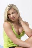 Blondes Eignungsmodell in ihrer Trainingskleidung Stockfotografie