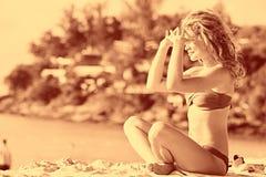 Blondes Ein Sonnenbad nehmen auf Strand Lizenzfreies Stockfoto