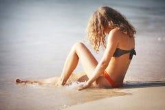 Blondes Ein Sonnenbad nehmen auf Strand Stockfotografie