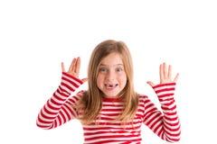 Blondes eingedrücktes Kindoffenes mounth übergibt glückliches Lizenzfreie Stockfotografie