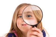 Blondes eingedrücktes Mädchen mit Auge in der Lupe Stockbild