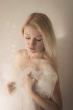 Blondes eingewickelt im weißen Schleier Lizenzfreie Stockfotografie