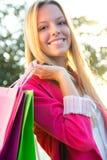 Blondes Einkaufen der jungen Frau in der Stadt Stockfotos