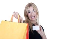 Blondes Einkaufen mit Kreditkarte Lizenzfreies Stockfoto