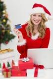 Blondes Einkaufen online mit Laptop beim Lächeln an der Kamera Stockfotografie
