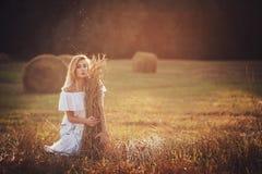 Blondes entspannendes Mädchen Stockbilder