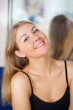 Blondes entspannendes und smling Mädchen Stockbilder