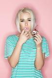 Blondes Essen cak auf einem rosa Hintergrund Stockbild