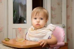 Blondes Essen des kleinen Mädchens Stockbilder