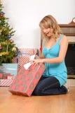 Blondes Frauenöffnungs-Weihnachtsgeschenk Lizenzfreies Stockfoto