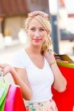 Blondes Frauen-Einkaufen Stockfoto