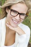 Blondes Frauen-Mädchen-tragende Aussenseiter-Gläser Stockfotos