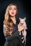 Blondes Frauen-Mode-Modell und unbehaarte Katze Stockfotos