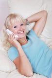 Blondes Frauenanrufen Lizenzfreies Stockbild