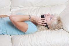 Blondes Frauenanrufen Stockfotos