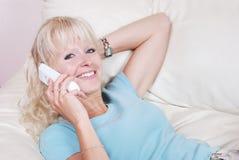 Blondes Frauenanrufen Stockfotografie