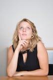 Blondes Frauendenken Lizenzfreie Stockbilder
