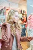 Blondes Fraueneinkaufen Lizenzfreie Stockbilder