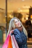 Blondes Fraueneinkaufen Lizenzfreie Stockfotos