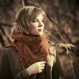 Blondes Frauengehen der glücklichen jungen Mode im Freien Lizenzfreie Stockbilder