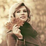 Blondes Frauengehen der glücklichen jungen Mode im Freien Lizenzfreie Stockfotos