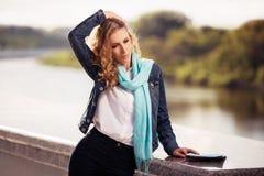 Blondes Frauengehen der jungen Mode im Freien Stockfotos