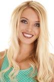 Blondes Frauengrünspitzenabschluss-Kopflächeln Stockfoto